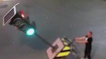 男子扳倒红绿灯泄愤被拘