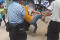 女子拒不配合安检强行进站被拘留