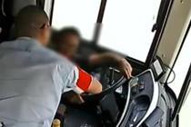男子公交车上晕倒 醒后抢方向盘