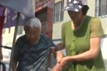 59岁儿媳带100岁婆婆上班