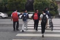 中学校长5年如一日 护送学生过马路