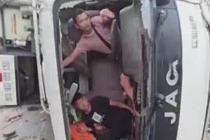 两车相撞 获救司机回车内拍照留念