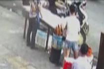 男子骑摩托撞翻油锅 早餐店老板被烫伤