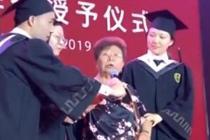 85岁奶奶月捐一千给俩学生