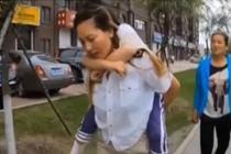 公交司机背残疾女童出行3年