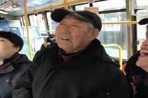 98岁老人在站台等三天