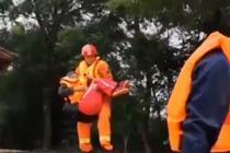 洪水围村 消防员抱起骨折老人撤离