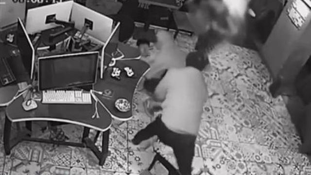 男子偷手机被制止后疯狂报复