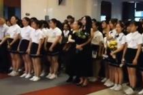 合唱团老师离世 学生用歌声送别