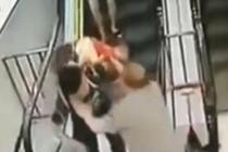 扶梯上娃娃翻出背篓 保安大叔箭步上前抱住