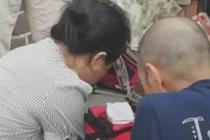 游客倒地昏迷 女医生跪地紧急抢救