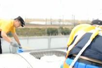 高温下的坚守 高温下的旅客列车空调维修工