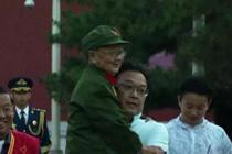 记者抱起95岁老兵看升旗