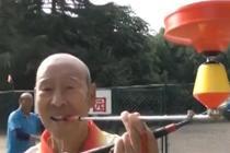 八旬老人抖空竹有独特技巧