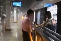 台风天站务员冒雨工作