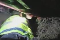 货车翻下四十米边坡 交警徒手刨泥救人