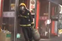 饭店突发大火 消防员徒手拎出9个煤气罐