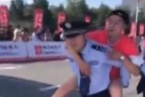 马拉松选手体力不支 交警背其冲过终点