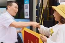 公交司机每天护送高三备考女生回家