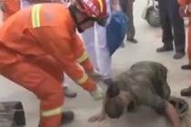 工人被埋 获救后磕头感谢消防员