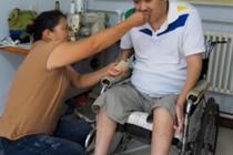妻子悉心照顾瘫痪丈夫21年