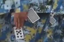 夹扑克牌、端手机练军姿 新生:军训太难了