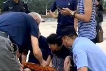 70岁老人摔倒 警察群众伸援手
