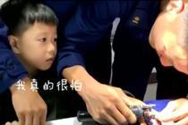 男童手指被夹 消防员耐心安抚施救