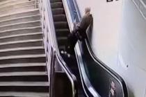 老伯自动扶梯上跌倒 众人相助上演暖心一幕