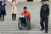 瘫痪小伙坐轮椅挑战下48级台阶