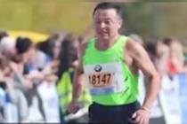 66岁大爷完成世界六大马拉松