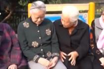 79岁奶奶帮社区老人网购