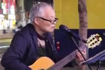 71岁老人街头弹吉他唱歌