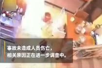 女子抱孩子离开1秒后厨房瞬间爆燃