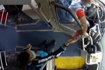 学生坐错公交急哭 司机掏百元让她打车