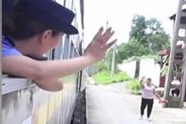绿皮火车广播员退休 村民纷纷赶来相送
