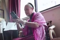 93岁奶奶写诗弹琴摄影