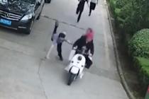 民警飞扑逃跑嫌犯被车带飞