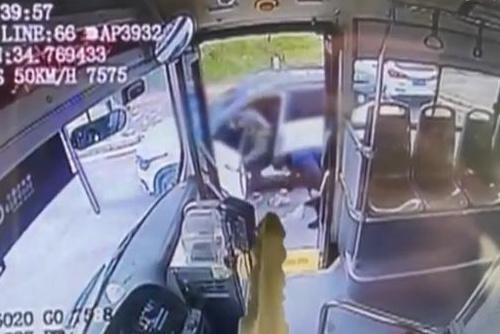 公交司机两次下车捡前车垃圾