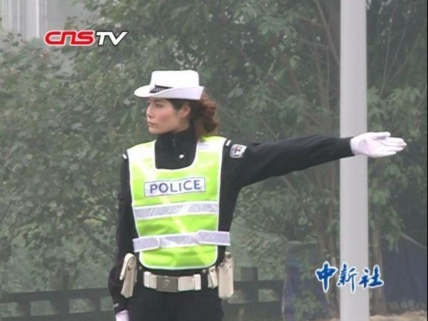 成都最美女交警从t台到路口