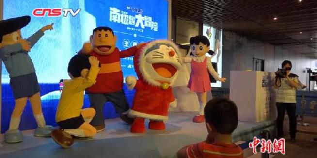 """""""蓝胖子""""主题展登陆上海 游客排队""""重温童年"""""""