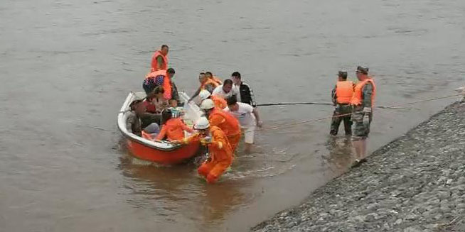 黑龙江尚志市抗灾救援 消防用冲锋舟运送受困群众