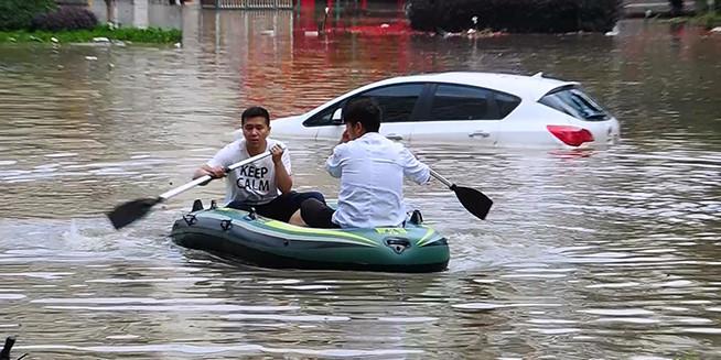 """实拍昆明暴雨城区多处被淹 民众划船""""突围"""""""