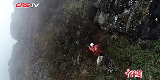 """悬崖上的""""蜘蛛人"""" 坚守18年保护景区环境"""
