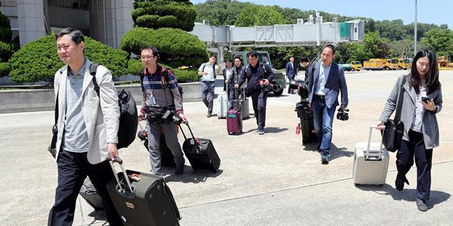 """韩国记者的""""艰难""""赴朝路"""