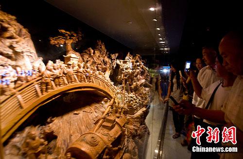 图:世界上最大的根雕亮相世博会