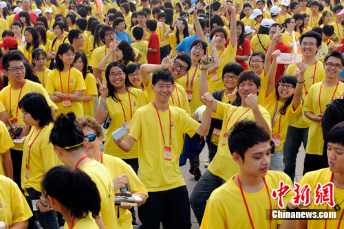 """2010年,六千华裔青少年参加""""寻根之旅"""""""