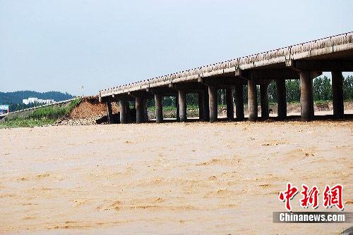 图:洪水冲断312国道河南西峡段观河大桥