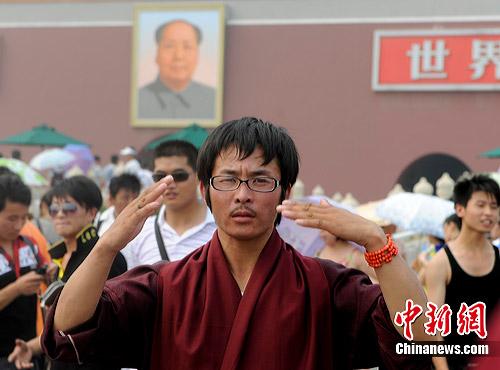 图:青海塔尔寺喇嘛冒酷暑游览北京天安门
