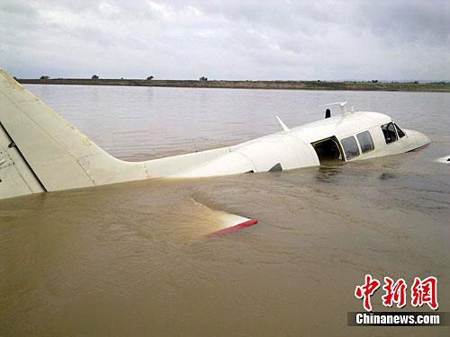 图:菲律宾一架小型飞机迫降河面(2)
